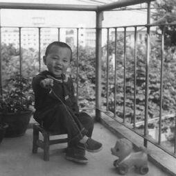 在阳台上玩耍(1985年)