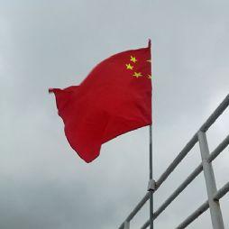风雨中的航船与红旗